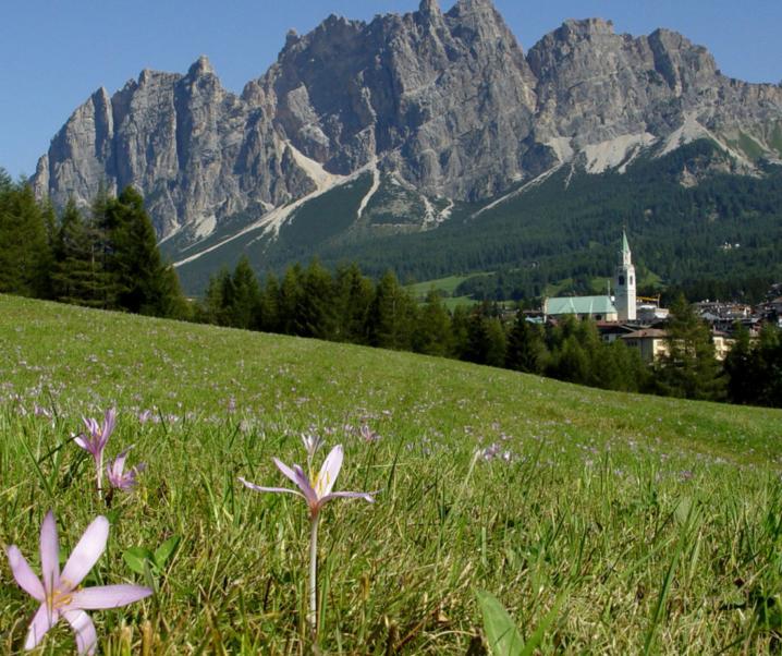 A Cortina d'Ampezzo in primavera si fa trekking tra le guglie