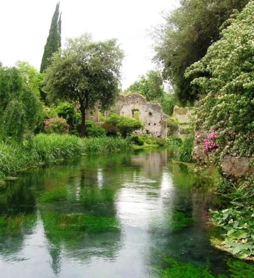 Dal Giardino di Ninfa al Castello Caetani, viaggio tra natura e storia